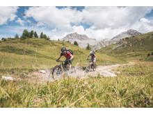 Mountainbiker unterwegs auf einem Singeltrail vom Pass da Costainas in Graubünden