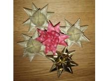 Papirstjerner av papirstrimler kan brukes som borddekorasjon eller henges på treet. Eller pynte en gave?