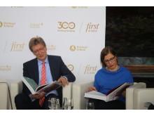 Prof. Andreas Schulz und Dr. Skadi Jennicke blättern in der Chronik