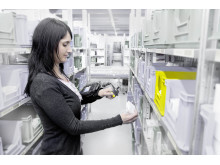 Ved radiostyret (RF) plukning udstyres lagermedarbejderen med en håndterminal, som fæstnes på armen. På displayet kan der aflæses ordredata og kvitteres for de plukkede ordrer.