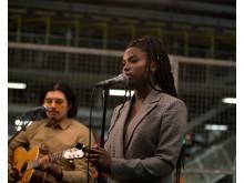 Sabina Ddumba spelar live i Torslandafabriken -se filmen från konserten hos Volvo Cars