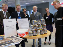 Klädesholmens VD Per-Aste Persson bjuder Kungen på Årets Sill