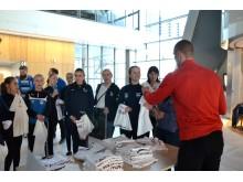 Azar Karadas fra sportsklubben Brann signerer t-skjorter på Bergen lufthavnFlesland