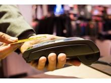 Amadeus_Man paying with credit card