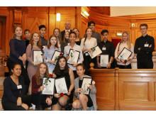 Viksjöskolan tar emot Emerichfondens stipendium i Sveriges riksdag.
