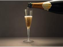 Stadig flere oppgraderer flyreisen og får servert et glass champagne eller to.