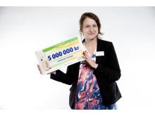 Maria Granefelt, tf generalsekreterare på Fairtrade Sverige, tog emot checken från Postkodlotteriet.