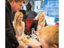 Isabella Löwengrip, MTR Express marknadschef Jan Tallroth  och LCC-gänget på tåget