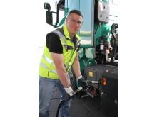 Lkw-Fahrer Ronny Wilde_Spedition Konrad Zippel_tankt Biogas
