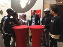 Ms Maimunah Mohd Sharif, Johan Oljeqvist och  en grupp ungdomar från Fryshuset.