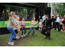 Otava Yo dansa med unge publikummarar på Førdefestivalen! Foto Knut Utler