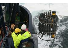 De första havsvattenproverna för SWERUS-C3 expedition kommer ombord Oden i Östsibiriska Arktiska Oceanen. Foto: Jorien Vonk