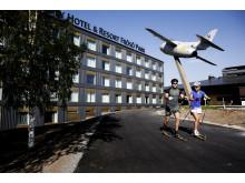 Emil Jönsson & Anna Haag på skidor utanför Quality Hotel & Resort Frösö Park