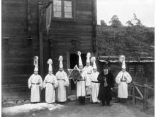 Stjärngossar utanför Blekingestugan på Skansen 1896. Foto F. G. Klemming, Nordiska museets arkiv