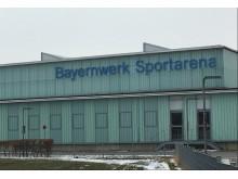 """In blauen """"Lettern"""" ist der neue Name """"Bayernwerk-Sportarena"""" an der Gebäudefassade angebracht."""