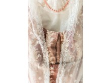 Mrs Bennets dagklänning, detalj