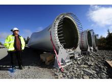 Nu ska de jättelika vindkraftverken resas och rotorbladen monteras