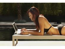 Solcreme, bikini – og en bærbar computer. Tre ting, der er med til at gøre ferien perfekt for mange.