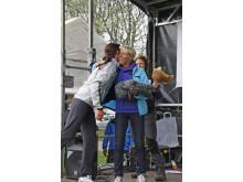 Evy Palm tackas på scen. Strömmingsloppet 2012.