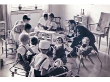 Erik Nilsson bland barn på sjukhus