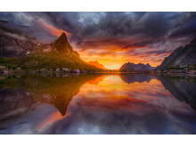 Die Szenerie der Lofoten ist im Licht der Mitternachtssonne noch beeindruckender.