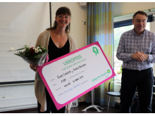 Risa Larsen tar emot vårdpriset av regionråd Anders Åkesson (MP).