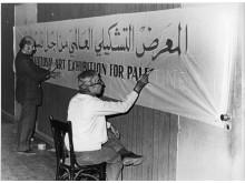 Jamil Shammout och Michel Najjar målar bannern för The International Art Exhibition for Palestine, Beirut, 1978