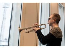 Calle Stenman, trumpetare och student vid Kungl. Musikhögskolan (KMH), tolkar Nobels fredspris i musik i utställningen Nobel Creations.