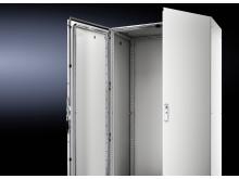 Ingen bearbetning av dörren krävs av skåpbyggaren för 180° öppning. Det nya 180° gångjärnet monteras snabbt och enkelt utan borrning.