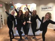 Glada medarbetare från Synoptiks butiksöppning i Visby.