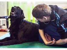 Hunden Locka tillsammans med ungdom med funktionsnedsättning