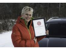 """Informasjonsdirektør Anne Sønsteby i Ford Motor Norge mottar prisen; """"Årets Presserom"""" i kategorien for Mellomstore bedrifter fra Mynewsdesk."""