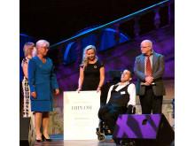 Irene Johansson mottar pris på Störd och stolt galan