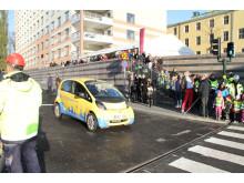 Ulla Hamilton (M) passerar som första bilist den nya trevägskorsningen ut på Barnhusbron. (Foto: Johan Åhström.)