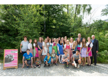 Foto Platz 2: Klasse 7c der Staatlichen Realschule Schöllnach gemeinsam mit dem Leiter der NaturVision Filmtage Ralph Thoms (rechts außen) und Christoph Henzel, Bayernwerk AG, Leiter Kommunalmanagement.