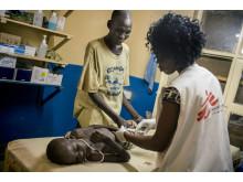 Åttaåriga Adut Chuor Kuja har insjuknat i malaria och får behandling i Aweil i Sysudan.