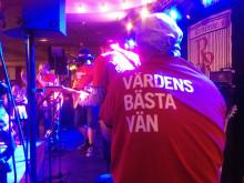 Aptus Värdens-bästa-vän-tshirt på scen!