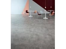 Amtico Spacia: Gallery Concrete i storleken 24x36 tumsplatta, men Concrete Pale stripping.