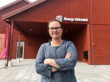 Daniela Baretta Furfält, framför nya vårdcentralen