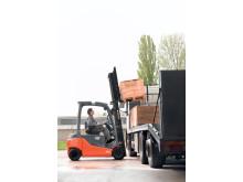 Inspelningen av Johan Falk rullar med hjälp av truckar hyrda från Toyota