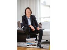 Tina Wedholm sittande på ett litet fint ben