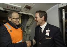Kaptein Johnny Silberg overleverer LN-KKW til direktør for Norsk Luftfartsmuseum, Erling Kjærnes.