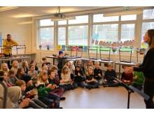 Elin Lundgren sjunger med barnen på Västra Bodarna skolan.