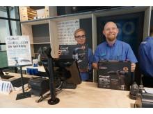 Heidi Haugan og butikksjef Anders Hullas tilbyr gratis utlån av verktøy i Torggata
