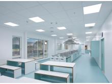 Skolekjøkken i kaldhvitt lys