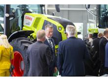 Swedish Agro Machinerys vd Björn Pettersson tillsammans med några gäster på invigningen.