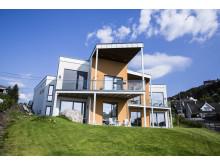 De to familiehusene har fått tykke vegger av Leca Isoblokk 35 og har svært lav energibruk for oppvarming. – Du merker at det er lune og gode hus, sier Inger Kristine Ulveseth i Brødrene Ulveseth AS.