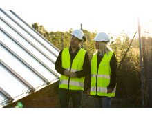 Nicklas Eld, regionchef Solör Bioenergi Väst och Ann-Sofie Ståhl, kundansvarig Solör Bioenergi Väst, vid solfångarna på fjärrvärmeanläggningen i Odensbacken
