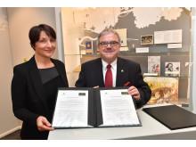 Claudia Baer  (Komplementärin der Wendt & Kühn KG) &Landrat Frank Vogel (Vorsitzender Tourismusverband Erzgebirge e.V) besiegeln Fortführung der Kooperation