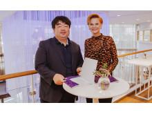 Under veckan som gick tecknades avtalet med Sydkorea inför Bokmässan 2019. Från vänster: Iroo Joo, direktör för Seoul International Book Fair och den koreanska förläggarföreningen, och Frida Edman, mässansvarig för Bokmässan i Göteborg.